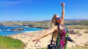 Blondes Mädchen in der Sonnenbrille auf dem Strandhintergrund Lizenzfreies Stockfoto