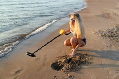 Blondes Mädchen in der Sonnenbrille mit Metalldetektor Stockfotografie