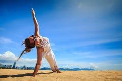 blondes Mädchen in der Spitze in der Yoga asana Armbalance auf Strand Lizenzfreie Stockfotografie