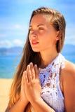 blondes Mädchen in der Spitze steht in Yoga asana auf Knien Lizenzfreies Stockbild