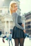 Blondes Mädchen in der Stadt, glücklich junge touristische Frau Stockfotos