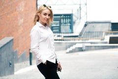 Blondes Mädchen des Geschäfts mit Telefon Lizenzfreies Stockbild