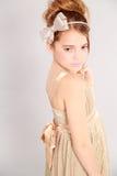 Blondes Mädchen des jungen Mädchens mit mit Bogen im Haar Lizenzfreies Stockbild
