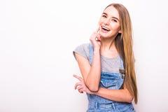 Blondes Mädchen des Lächelns auf Weiß Lizenzfreie Stockbilder