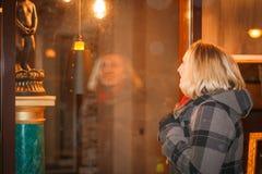 Blondes Mädchen des Nachtporträts in einem warmen Mantel Lizenzfreie Stockfotografie