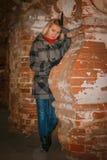 Blondes Mädchen des Nachtporträts in einem warmen Mantel Lizenzfreies Stockfoto
