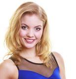 Blondes Mädchen des Porträts im blauen Kleid lokalisiert Lizenzfreies Stockfoto