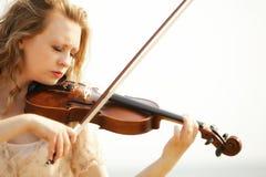 Blondes Mädchen des Porträts mit einer Violine im Freien Lizenzfreie Stockbilder