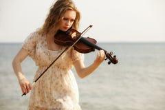 Blondes Mädchen des Porträts mit einer Violine im Freien Lizenzfreie Stockfotografie