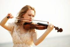 Blondes Mädchen des Porträts mit einer Violine im Freien Lizenzfreies Stockbild