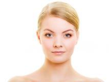Blondes Mädchen des Porträts mit natürlichem Make-up lokalisiert Lizenzfreies Stockbild