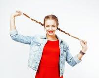 Blondes Mädchen des recht stilvollen Hippies der Junge mit der Zopfaufstellung emotional lokalisiert auf dem glücklichen Lächeln  Lizenzfreies Stockfoto