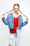 Blondes Mädchen des recht stilvollen Hippies der Junge mit der Zopfaufstellung emotional lokalisiert auf dem glücklichen Lächeln  Stockbild