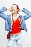 Blondes Mädchen des recht stilvollen Hippies der Junge mit der Zopfaufstellung emotional lokalisiert auf dem glücklichen Lächeln  Stockbilder