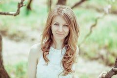 Blondes Mädchen des schönen Frühlinges in blühendem Baum Stockfotos