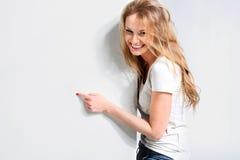 Schönes Mädchen auf einem weißen Hintergrund Stockfotografie