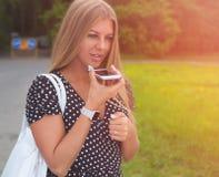 Blondes Mädchen des schönen langen Haares mit einer Sommerausstattung sprechend am Telefon Abschluss oben Stockbild