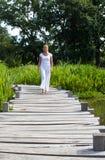 blondes Mädchen des Yoga 20s, das nahe Wasser geht Lizenzfreie Stockfotos