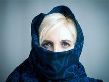 Blondes Mädchen in einem dunkel-blauen paranzhe Stockbilder