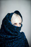 Blondes Mädchen in einem dunkel-blauen paranzhe Lizenzfreies Stockbild