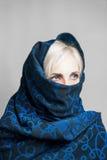 Blondes Mädchen in einem dunkel-blauen paranzhe Stockfoto
