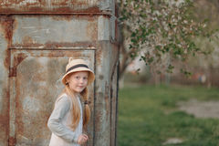 Blondes Mädchen in einem Hut Stockfotografie
