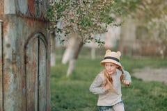 Blondes Mädchen in einem Hut Stockbild