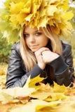 Blondes Mädchen in einem Kranz lizenzfreies stockbild