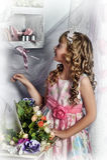Blondes Mädchen in einem rosa Kleid mit Blumen Lizenzfreie Stockbilder