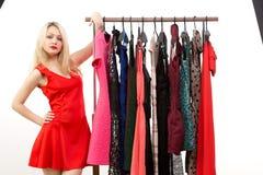 Blondes Mädchen in einem roten Kleid Front des Kleiderbügels Stockbilder