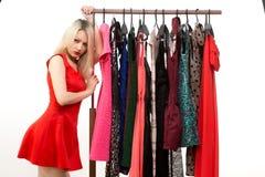 Blondes Mädchen in einem roten Kleid Front des Kleiderbügels Lizenzfreies Stockbild