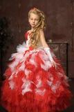 Blondes Mädchen in einem schicken Kleid Stockfotografie
