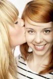 Blondes Mädchen geben roten behaarten Mädchenkuß Lizenzfreie Stockfotos