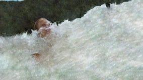 Blondes Mädchen geschlagen durch Welle stockbilder