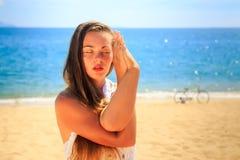 blondes Mädchen in geschlossenen Augen der Spitzes Kostüm in Yoga asana verschachtelt Hände Lizenzfreie Stockfotografie