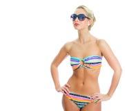 Blondes Mädchen in gestreiftem Bikini Stockbild