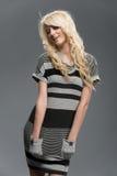 Blondes Mädchen in gestreiftem Kleidungstudioschuß Stockfotos