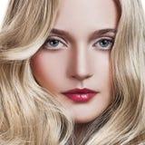 Blondes Mädchen. Gesundes langes lockiges Haar. Stockfotos