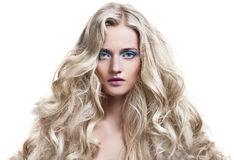 Blondes Mädchen. Gesundes langes lockiges Haar. Stockfoto