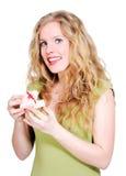 Blondes Mädchen glücklich mit einem kleinen Geschenk Stockfoto