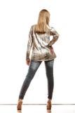Blondes Mädchen in helles T-Shirt hinterer Ansicht Stockfotografie