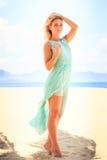 blondes Mädchen im Azurblau untersucht Abstand auf Strand Lizenzfreie Stockbilder