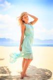 blondes Mädchen im Azurblau untersucht Abstand auf Strand Stockbilder