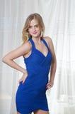 Blondes Mädchen im blauen Kleid Stockfoto