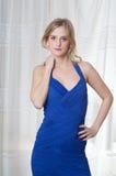 Blondes Mädchen im blauen Kleid Lizenzfreie Stockfotografie