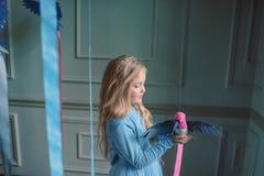Blondes Mädchen im blauen Kleid mit Vögeln Lizenzfreie Stockbilder