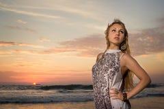 Blondes Mädchen im ethnischen Kleid auf Sonnenuntergang Lizenzfreie Stockfotos