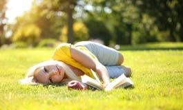 Blondes Mädchen im Freien Schönheit mit Buch und Apple Lizenzfreies Stockfoto