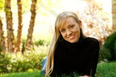 Blondes Mädchen im Gras Stockbilder