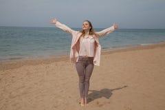 Blondes Mädchen im Herbst geht auf den Strand-Ozean lizenzfreie stockbilder